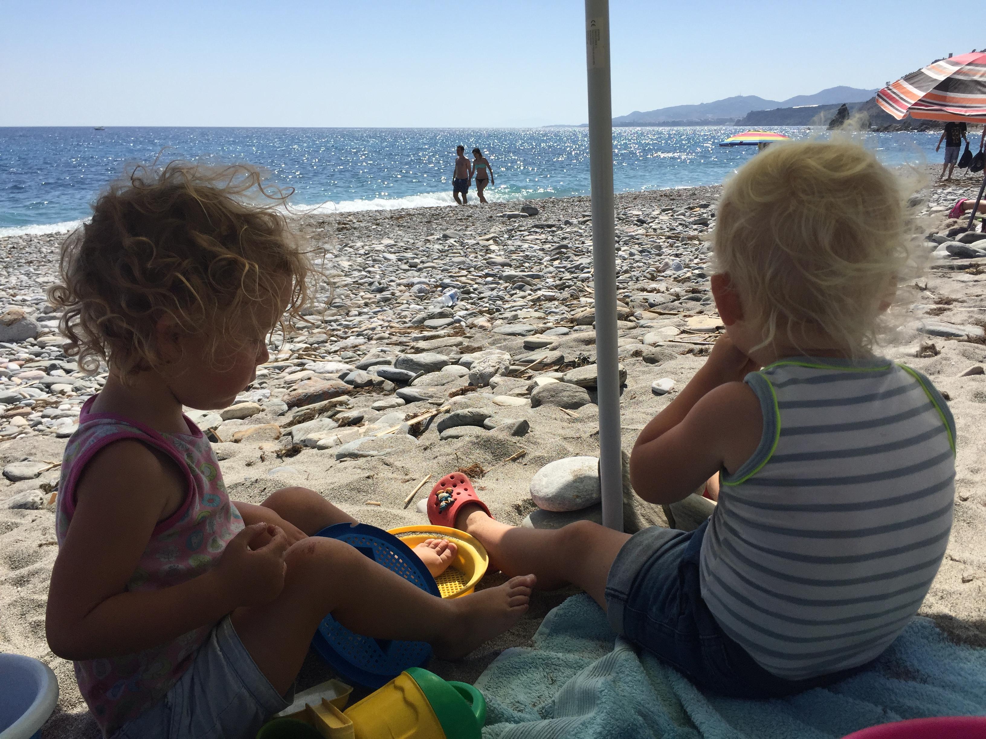 Uren spelen op het strand