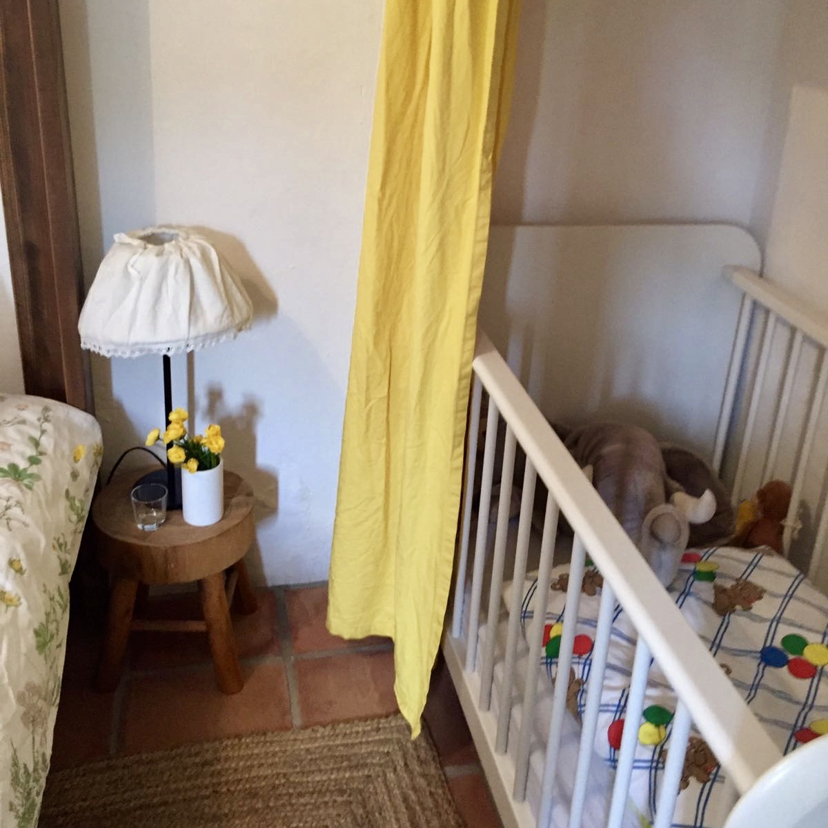 Op de slaapkamer met het hemelbad staat 1 van de vele kinderbedjes!